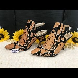 VINCE CAMUTO Keveen Cow Hair Snake Print Shoe 5M